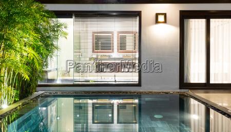 habitacion de lujo con piscina y