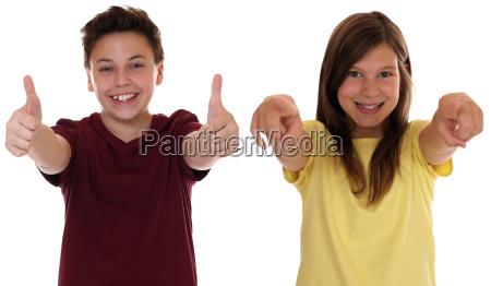 ninyos de risa que muestran los