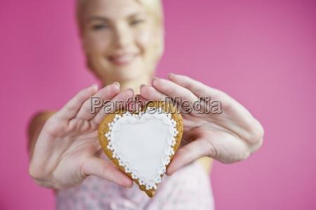 mujer risilla sonrisas presente comida primer