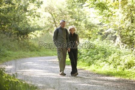 una pareja madura caminando por un