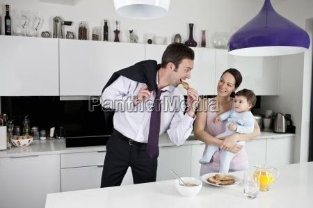 una pareja y su hijo bebe