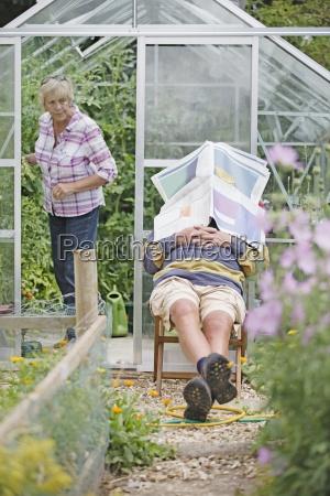 hombre mayor dormido en el jardin