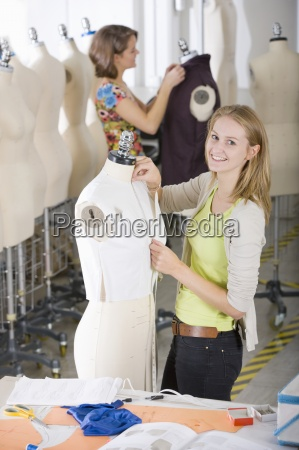 estudiante de disenyo de moda trabajando