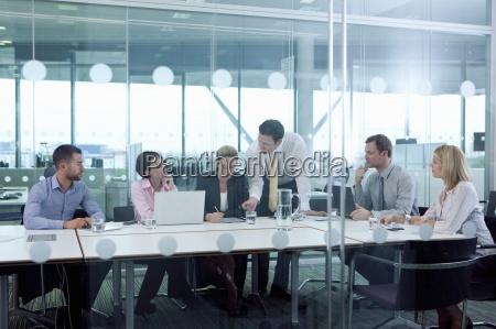 spotkania ludzi biznesu w sali konferencyjnej