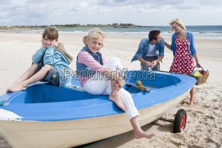 familia feliz en el barco en