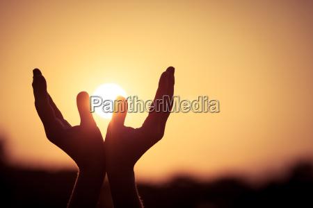 personas gente hombre luz mano dios