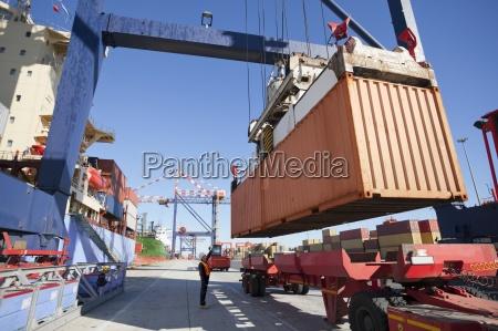 crane barco de contenedores descarga en