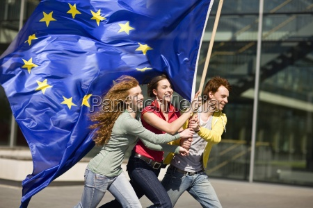 tres jovenes sonriendo y caminando con