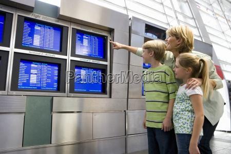 madre e hijos mirando la pantalla