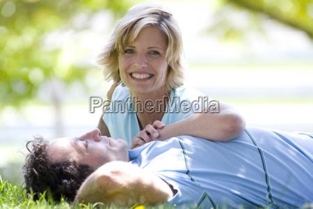 pares en hierba mujer sonriente