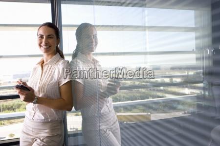 empresaria con organizador electronico por ventana
