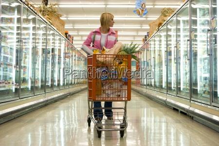 mujer de compras de comestibles en
