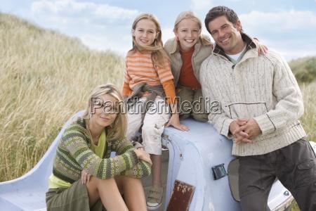 retrato de la joven familia sentada