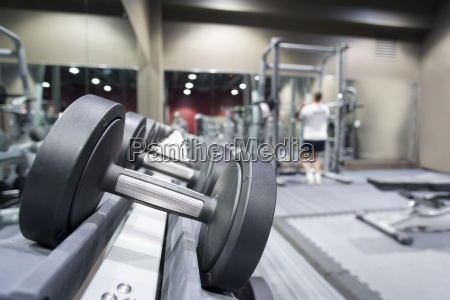 estante de pesas en gimnasio con