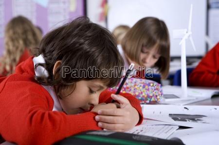 concentrar ninyo de la escuela que