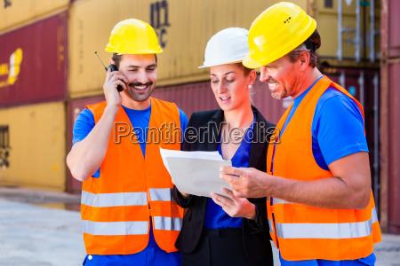 trabajadores en yarda de la companyia