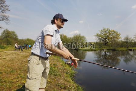 pescador con la barra en la