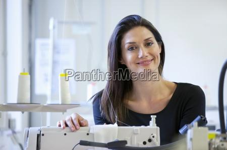 costurera usando maquinas de coser industriales