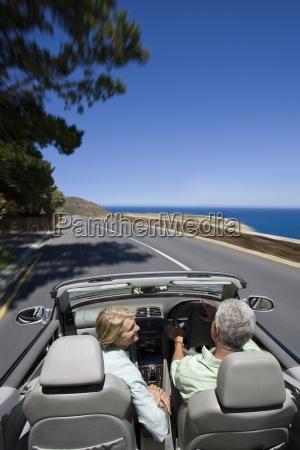 pareja conduccion convertible costa carretera