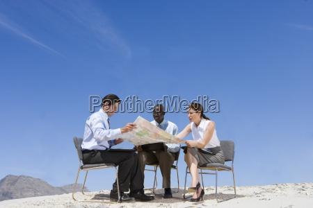 gente de negocios mirando el mapa