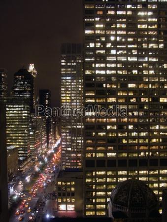 paisaje urbano con coches y rascacielos