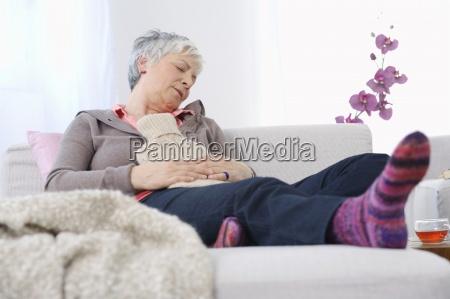 mujer descansando en casa con bolsa