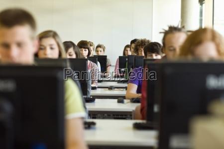 estudiantes en el aula sentados en