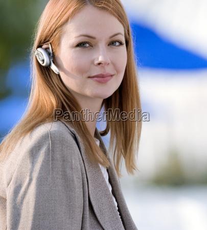 imprenditrice indossando telefono a mani libere
