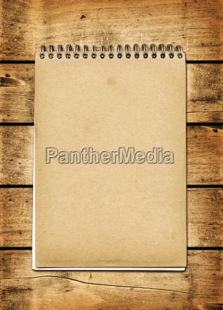 cuaderno vintage en blanco en una