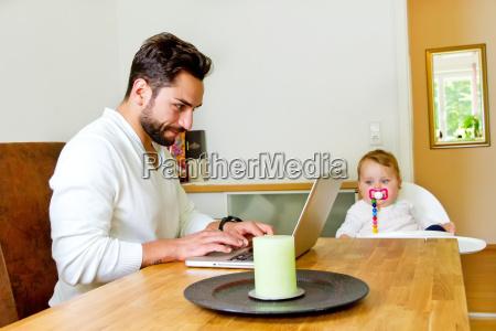 bebe padres tienda trabajo mano de