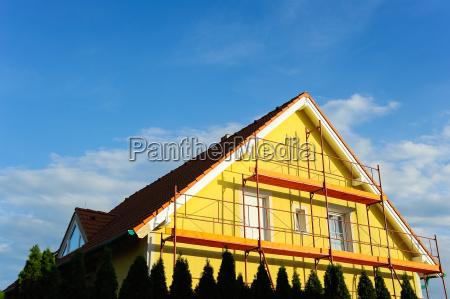 casa unifamiliar con andamios