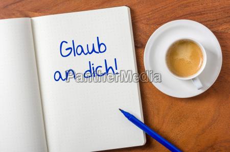 cuaderno en el escritorio cree