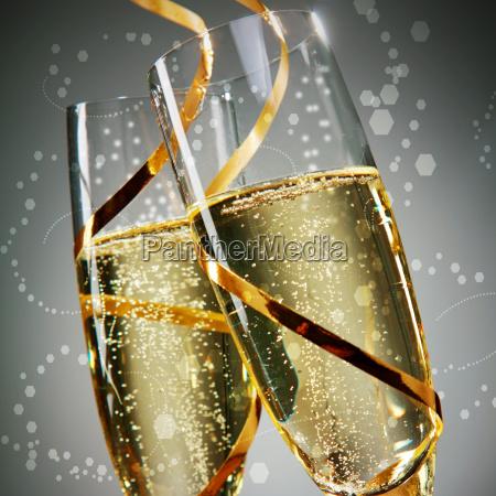 copas de vino con cordones dorados