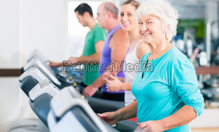 gruppe med seniorer pa lobeband fitness