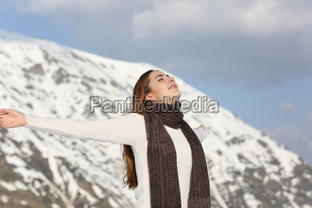 mujer que respira aire fresco levantando