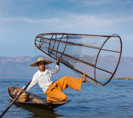 pescador birmano tradicional en el lago