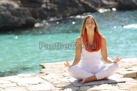 relajado joven haciendo ejercicios de yoga