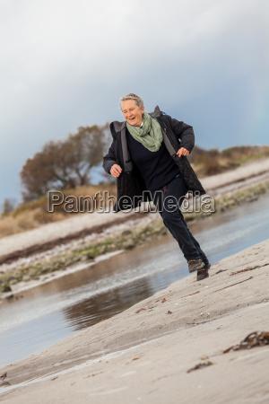 feliz mujer mayor activa pensioniorin en