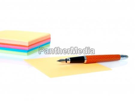 coloridas notas vacias y la pluma