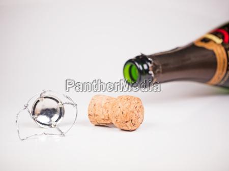 sientese botella de champan con corcho
