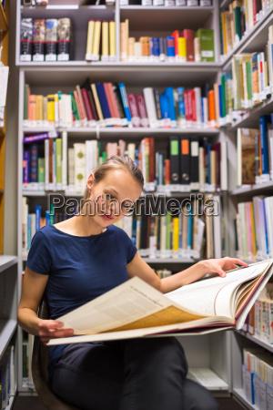 mujer estudio biblioteca archivo jovenes libro