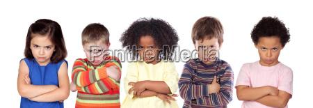 cinco ninyos enojados