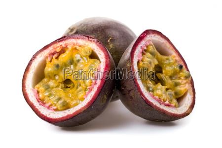 fruta de la pasion recien cortado