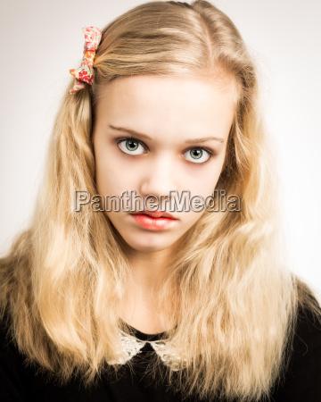 hermosa rubia adolescente mirando en la