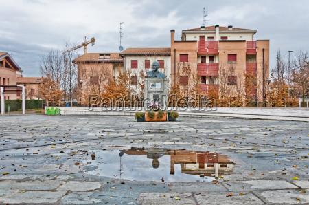 anyo de construccion estatua comunista italia
