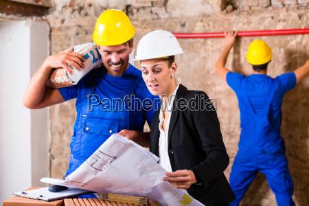 arquitecto y trabajador de la construccion