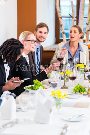 mujer conversacion restaurante personas gente hombre