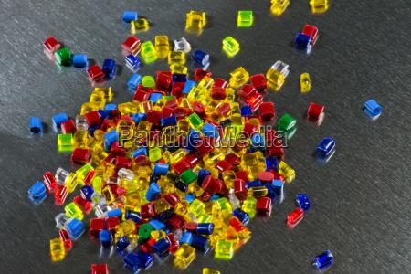 coloridos granulos de plastico transparente en