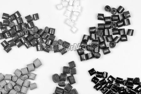 granulos de plastico gris blanco negro