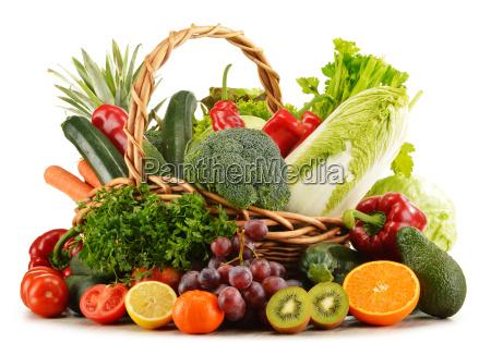cesta de mimbre con comestibles aislados